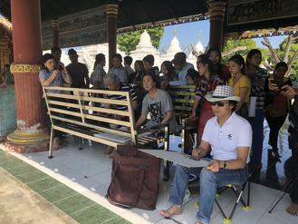 Chinese artists embarked on a cultural exchange trip to Myanmar draw pictures of the Kuthodaw Pagoda and Kandawgyi Lake.