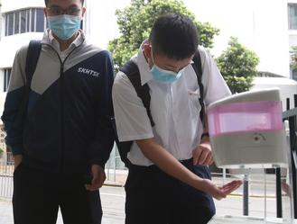 Hong Kong's middle school students returned to public schools on Wednesday after a four-month class suspension caused by the pandemic.