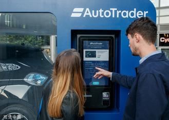 This review shows interesting anecdotes from around the world, including a boat race held in a desert and the world's first contactless car vending machine.