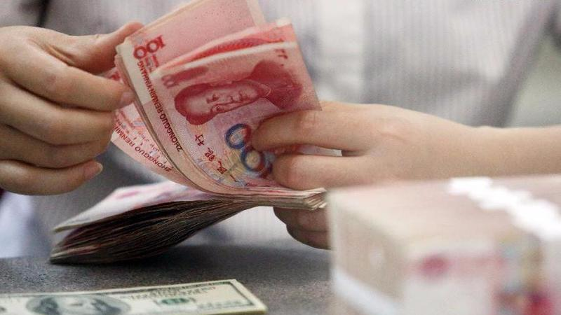 A Worker Counts Chinese Yuan At Bank In Linyi East Chinas Shandong Province Aug 11 2015 ZHANG CHUNLEI XINHUA