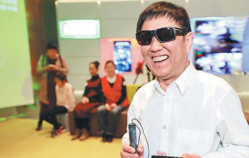 1d5fd64e73 A visually impaired person tries out high-tech navigation products at a  Microsoft event on March 26 in Beijing. (PHOTO   CHINA DAILY)