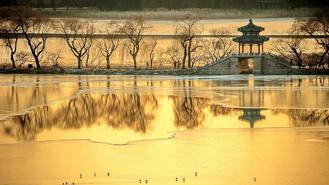 The antique architecture and frozen Kunming Lake compose create an enchanting picture, attracting streams of sightseers and photographers.