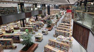As the first high-end intelligent book mall in Shenzhen, the Longgangcheng branch is spread over 7 floors, covering 35,800 square meters of reading area.