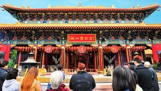 Joshua visits one of Hong Kong's most popular places of worship, Wong Tai Sin Temple, to take part in the ancient Chinese tradition of Kau Cim, or fortune-telling.