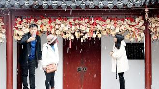 A snowfall hit different cities in east China, including Hangzhou and Shanghai, on Saturday.