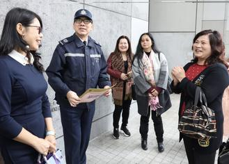 A group of well wishers from Hong Kong Federation of Trade Unions and Federation of Hong Kong Guangdong Community Organizations gave gifts to show their support of the police force.