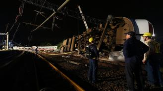 At least 18 people and many others were injured when a train overturned in Yilan county, east China's Taiwan, on Oct 21.