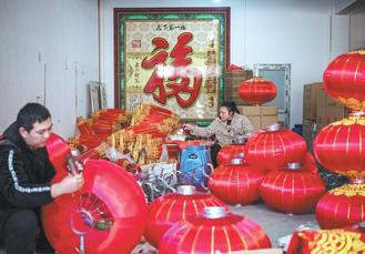 ​Palace lanterns made in the Tuntou village of Gaocheng city served as tributes to the imperial palace during the Qing Dynasty (1644-1911).