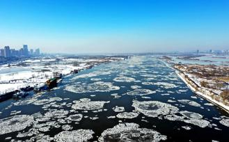 As temperatures dropped to around -15 C recently in Harbin, Heilongjiang province, the Songhua River in the city began to freeze over.