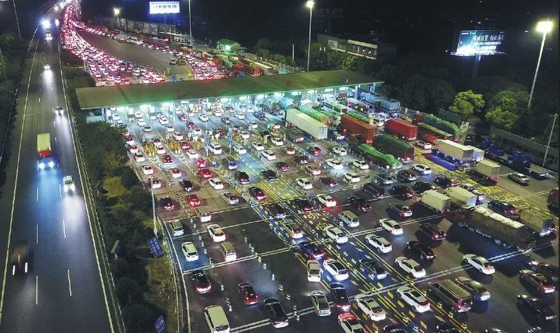 Roads fill as people head out for holiday events | Photo