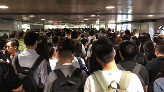 Large crowds and long queues were seen at MTR stations and bus stops following singal glitches at three MTR lines during the morning peak hour on Tuesday.